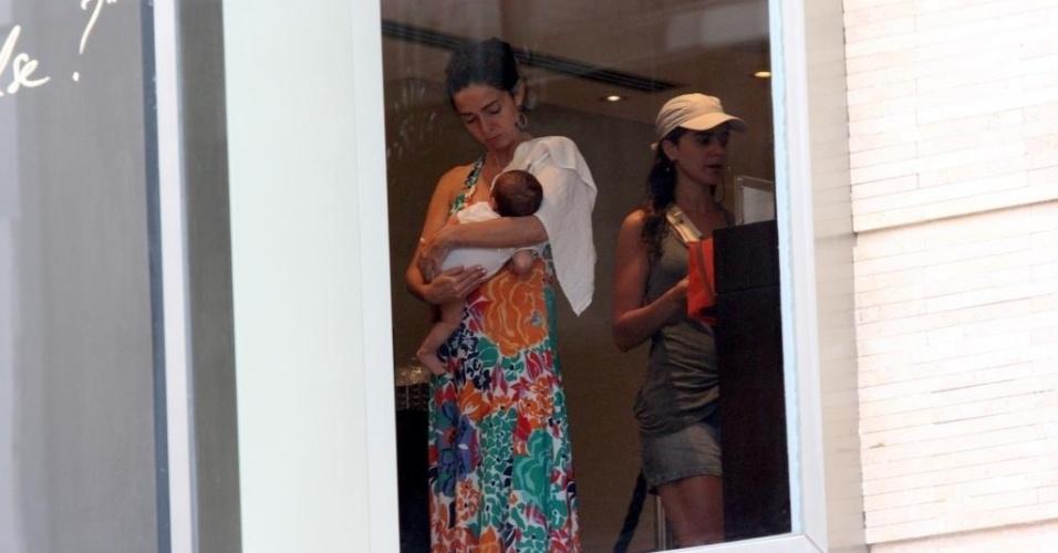 11.Out.2012 - Cláudia Ohana é fotografada com o neto, Arto, de pouco mais de um mês, pelas ruas de Ipanema, zona sul do Rio