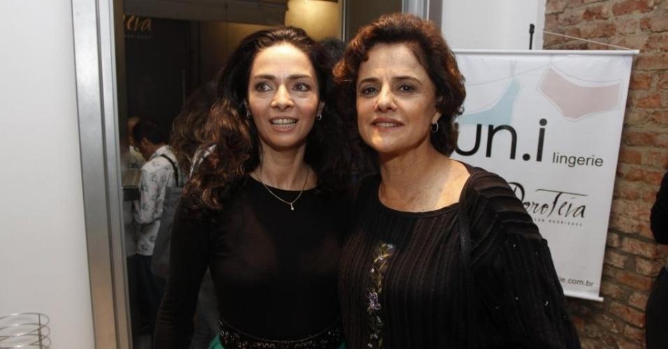 """19.jun.2012 - Cláudia Ohana comemora com Marieta Severo em restaurante do Rio de Janeiro a estreia da peça """"Dorotéia"""""""
