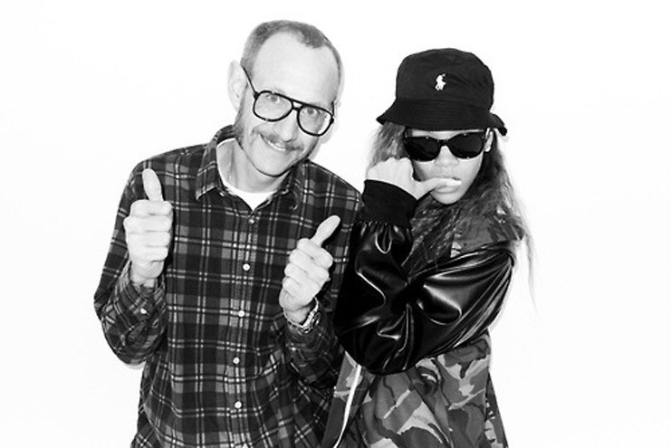 5.fev.2013 - O fot&#243;grafo Terry Richardson posa ao lado de Rihanna durante ensaio para a edi&#231;&#227;o de fevereiro da ?Rolling Stone? norte-americana