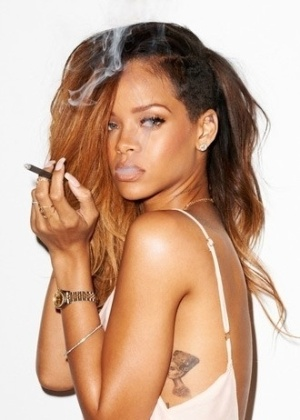 5.fev.2013 - Rihanna apareceu poderosa em novo ensaio do fot&#243;grafo norte-americano Terry Richardson. Trajando mai&#244; branco, a cantora esbanjou sensualidade em poses provocantes. As fotos, divulgadas por Richardson, foram feitas para um editorial que estampa a edi&#231;&#227;o de fevereiro da ?Rolling Stone? norte-americana. Na imagem, a pop star faz &#34;car&#227;o&#34; e brinca com a fuma&#231;a de um cigarro
