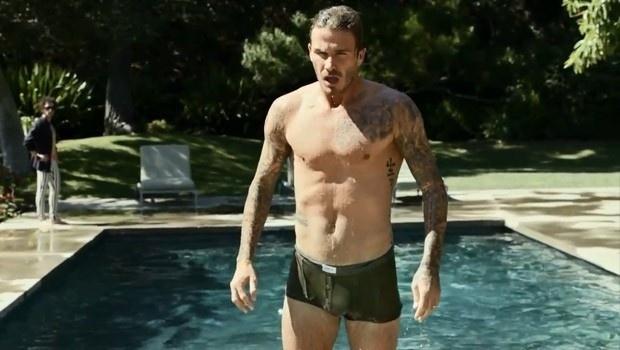 6.fev.2013 - O jogador de futebol David Beckham estrelou uma propaganda de televisão bem sensual para a linha de cuecas da H&M. Dirigido por Guy Ritchie, o vídeo mostra o atleta correndo apenas de cueca atrás de seu roupão, que ficou preso em um carro. Clique no link mais e assista ao comercial.