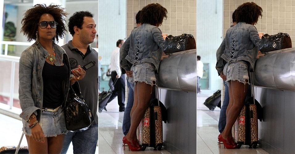 6.fev.2013 - Adriana Bombom foi pega no flagra enquanto dava aquela 'ajeitada' na saia ao fazer check-in no aeroporto Santos Dumont, no Rio de Janeiro