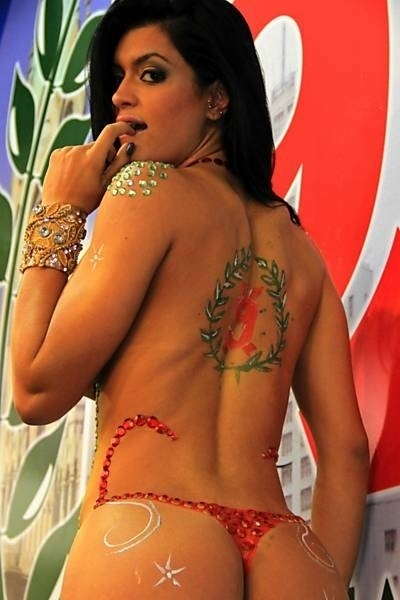 7.fev.2013 - A terceira colocada no concurso Miss Bumbum 2012, Camila Vernaglia, acaba de se tornar miss da bateria da escola de samba X9 Paulistana. Para homenagear a agremiação, a modelo ficou nua e fez uma pintura corporal com as cores da escola