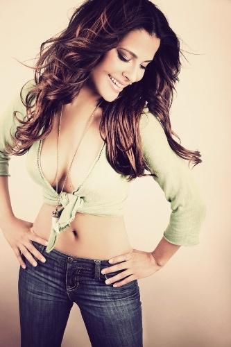 13.fev.2013 - A ex-BBB Gyselle Soares divulgou fotos da campanha de uma marca de jeans francesa. As imagens foram feitas em um estúdio de Paris, onde Gyselle mora há dois anos