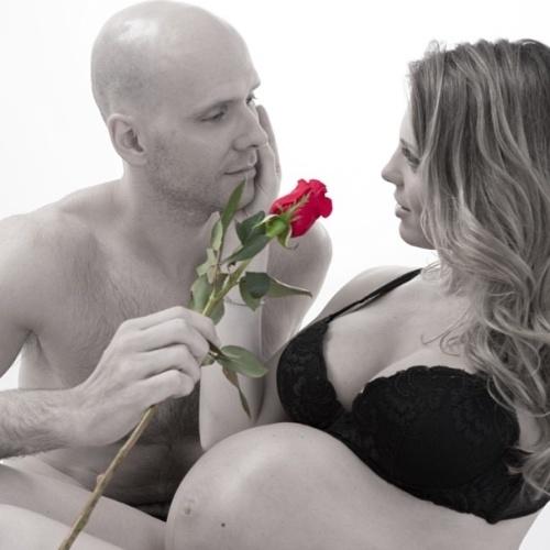 14.fev.2013 - Sheila Mello postou no Instagram uma foto romântica em que aparece com o barrigão de grávida ao lado do marido, o ex-nadador Fernando S
