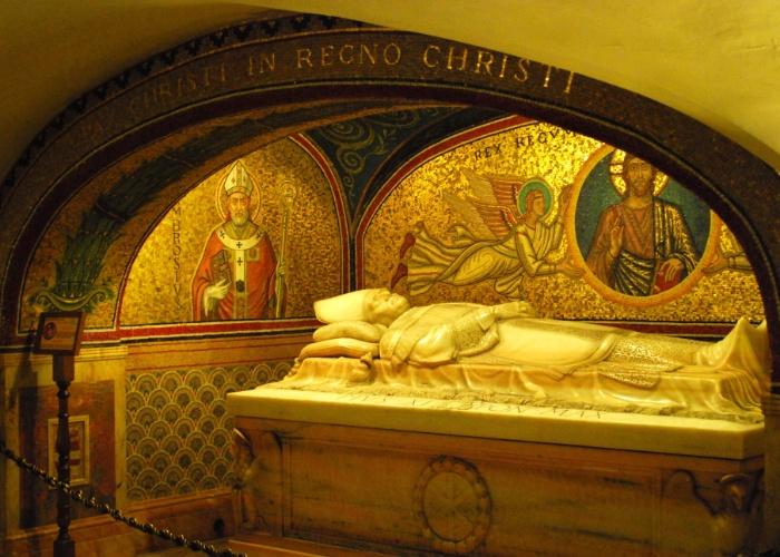 Embaixo da basílica de São Pedro, há uma cripta, onde estão os restos mortais de São Pedro e os túmulos de vários papas. Na imagem, é possível ver um dos túmulos presentes no local. O corpo do papa João Paulo 2º também estava na cripta, mas acabou sendo levado para cima, pois a parte debaixo da basílica abava congestionada por peregrinos