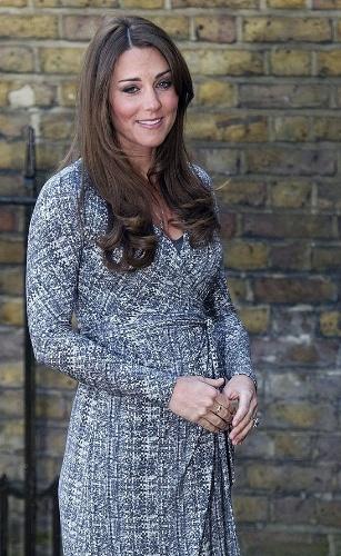 19.fev.2013 - A duquesa Kate Middleton fez sua primeira aparição pública após algumas semanas afastada para poder se recuperar de hiperemese gravídica. Com um vestido cinza, ela exibiu a barriguinha de grávida. A duquesa visitou um centro que ajuda mulheres viciadas a se recuperar, em Londres (Inglaterra)