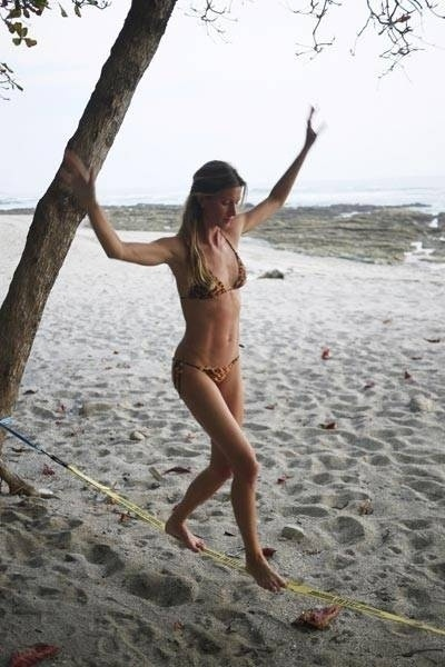 19.fev.2013 - Gisele B&#252;ndchen mostrou que, com pouco mais de dois meses depois de dar &#224; luz, j&#225; est&#225; em plena forma. Em uma foto postada em seu perfil no Facebook a top est&#225; praticando slackline, usando somente um biqu&#237;ni, em uma praia. &#34;O primeiro passo para se chegar a algum lugar &#233; decidir que voc&#234; n&#227;o quer mais ficar onde est&#225;&#34;, escreveu na postagem