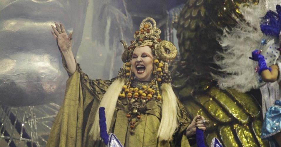 11.fev.2013 - Elke Maravilha em carro da escola de samba Estrela do Terceiro Milênio durante a noite de desfiles das escolas do grupo de acesso do Carnaval de São Paulo, no sambódromo do Anhembi