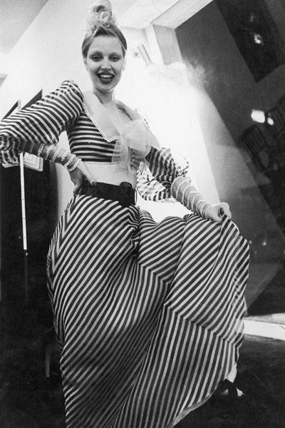 Elke Maravilha posa com modelito criado pelo estilista Clodovil Hernandes (1937-2009)