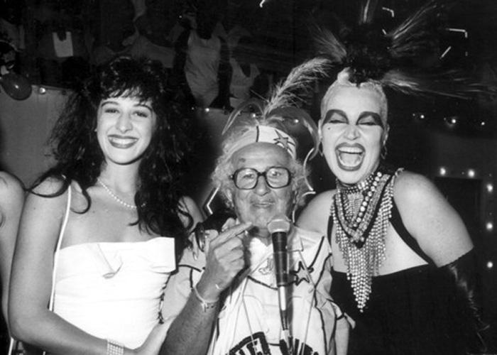 """Fev.1988 - Elke Maravilha posa ao lado de Claudia Raia e do apresentador Chacrinha nos bastidores do programa do """"Velho Guerreiro"""""""