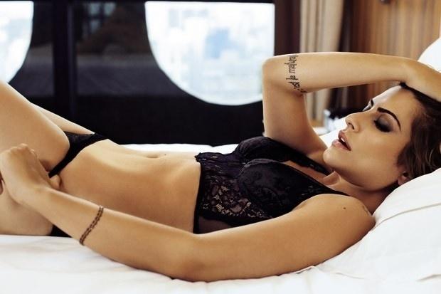 """27.fev.2013 - Cleo Pires exibe seu corpão e revela um pouco da sua intimidade em ensaio para a revista """"GQ"""". Questionada sobre a importância do sexo, ela não faz cerimônias. """"Extremamente importante. A energia sexual é a mais poderosa que existe e pode gerar coisas maravilhosas, na cama e fora dela"""", diz"""