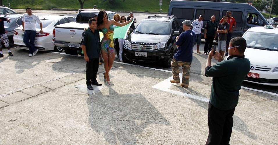 1.mar.2013 - A Gata do Paulistão 2012, Lorena Bueri posou nua para um ensaio fotográfico em frente ao estádio do Pacaembu, em São Paulo. A bela morena aproveitou para tirar fotos com os fãs, enquanto posava usando a bandeira do Brasil como acessório, o que gerou muita polêmica. Em resposta, Lorena postou em seu Instagram um pedido de desculpas pelo ocorrido, declarando que estava usava um tapa-sexo e adesivo nos seios durante o ensaio
