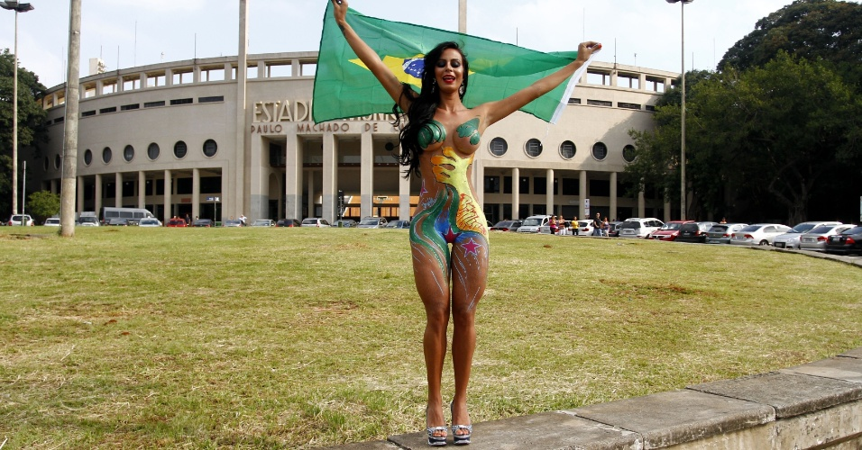 1.mar.2013 - A Gata do Paulistão 2012, Lorena Bueri posou nua para um ensaio fotográfico em frente ao estádio do Pacaembu, em São Paulo. A bela morena mostrou as curvas usando a bandeira do Brasil como acessório, o que gerou muita polêmica. Em resposta, Lorena postou em seu Instagram um pedido de desculpas pelo ocorrido, declarando que estava usava um tapa-sexo e adesivo nos seios durante o ensaio