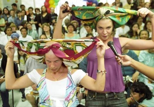 Ana dá dicas de moda a mulheres com câncer em hospital em SP (set.2005)