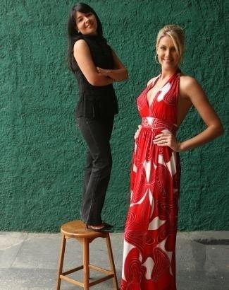 Ana mostra como é alta ao posar ao lado da estilista Lu Monteiro (à esq.) durante desfile beneficente em SP (set.2007)