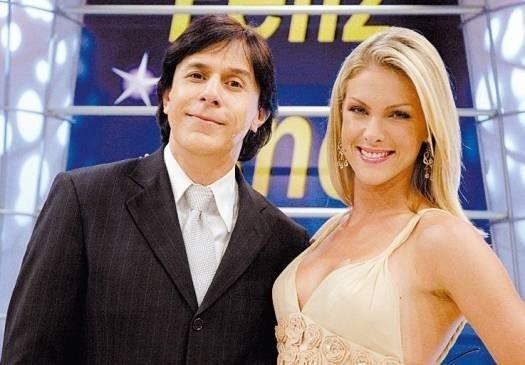 """Com estilo de cabelos parecido com o que usa atualmente, Ana posa ao lado de Tom Cavalcanti no """"Show do Tom"""", na Record (jan.2006)"""