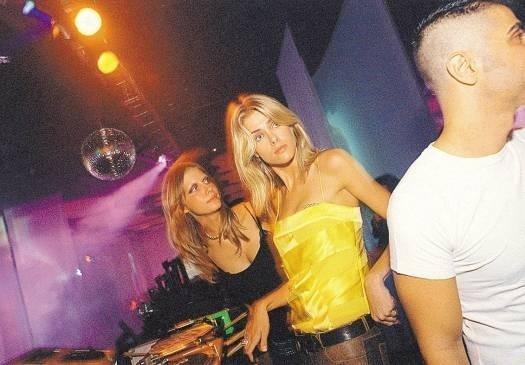 Com visual descontraído na abertura do São Paulo Fashion Week (jan.2003)