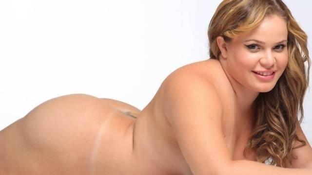 """Sexta-feira (1.mar.2013) - A ex-BBB Paulinha em ensaio para o jornal """"Extra"""" que pode ser sexy, mesmo pesando 95 Kg. A loira de 24 anos, que luta contra o efeito sanfona, se mostra bem resolvida com a atual forma física."""