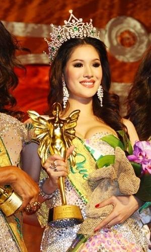 """Sirapassorn Atthayakorn  é considerada uma das mulheres mais bonitas da Tailândia. O título a fez conquistar a faixa de """"Miss Rainha Internacional 2011"""" no país"""
