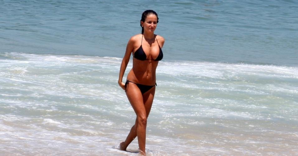 4.mar.2013 - A atriz Erika Mader, sobrinha da global Malu Mader, aproveitou um dia de sol e mar na praia de Ipanema, zona sul do Rio.