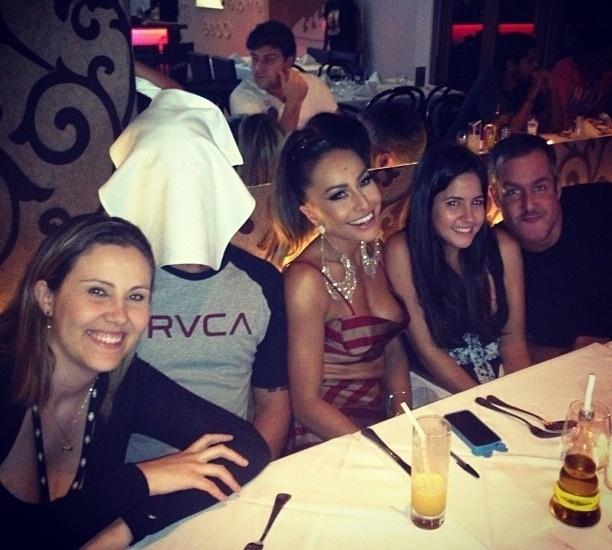 """4.mar.2013 - Sabrina Sato foi traída pelo decote em foto postada pela própria apresentadora no Instagram. Ela aparece com parte do seio à mostra durante jantar com a equipe do """"Pânico"""", em São Paulo, na madrugada desta segunda-feira"""