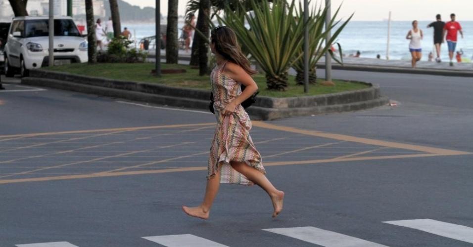 4.mar.2013 - De vestido longo, Claudia Abreu curte fim de tarde na praia do Leblon (RJ). A atriz, que estava acompanhada pela filha mais nova, Felipa, de 6 anos, saiu correndo descalça ao avistar paparazzi.