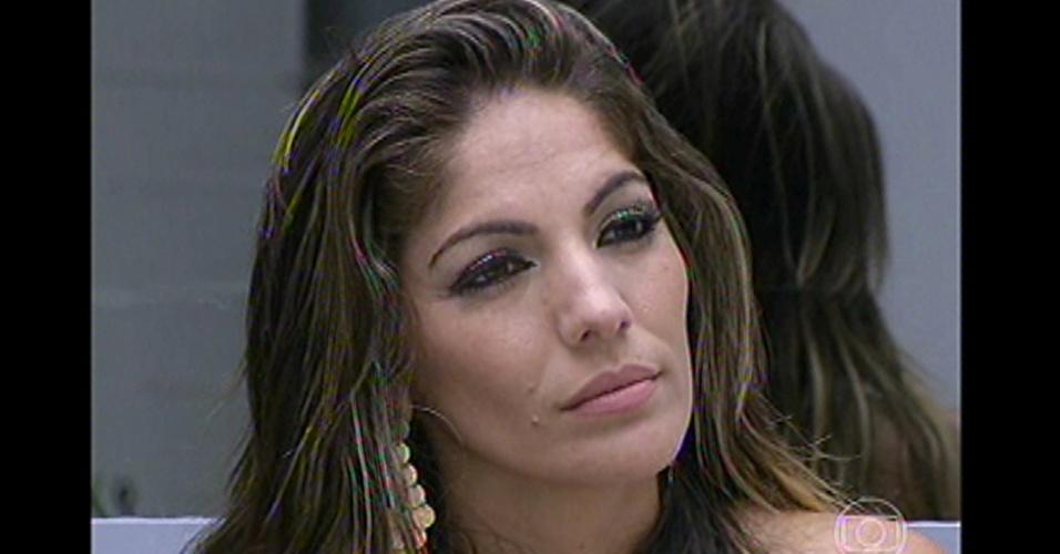 Anamara ouve com atenção o discurso de Bial momentos antes de ser eliminada da casa com 48% dos votos. Durante a madrugada desta terça (05), Anamara chegou a dizer que sentia que ia ser eliminada
