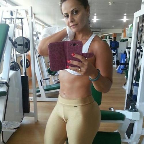 Viviane Araújo divulga foto durante treino