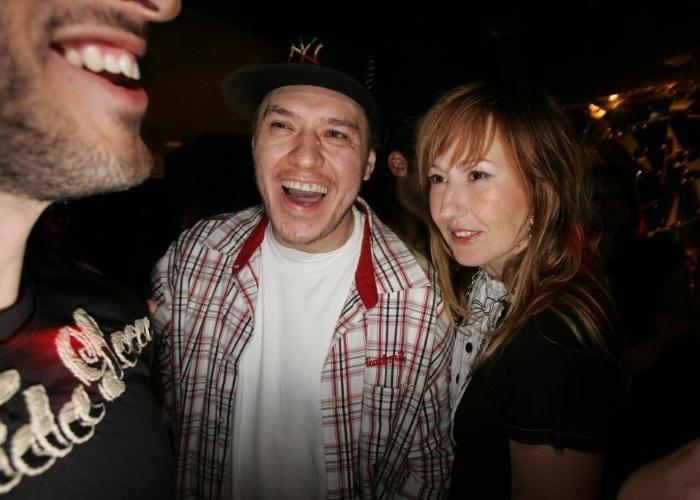 13.set.2007 - Marcos Mion (à esq.), o cantor Chorão e sua esposa, a estilista Graziela Gonçalves, durante festa de aniversário do apresentador em boate em São Paulo