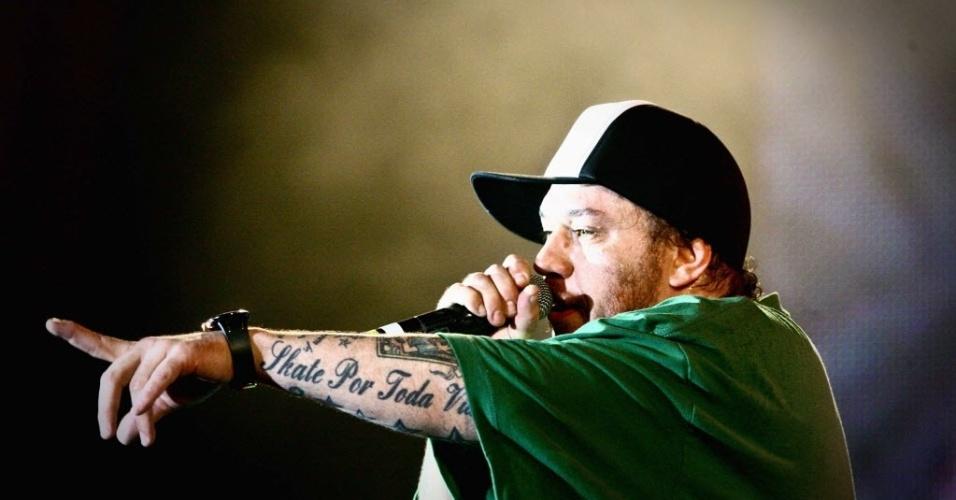 23.jan.2010 - Chorão, do Charlie Brown Jr., se apresenta na terceira noite do Festival de Verão Salvador 2010, em Salvador (BA)