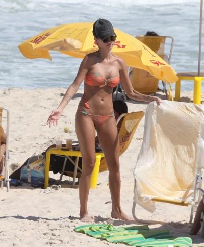 5.mar.2013 - A atria Thaila Ayala exibe corpo nas areias da praia da Reserva, na zona oeste do Rio de Janeiro. A mulher de Paulinho Vilhena foi acompanhada da amiga e também atriz, Sophie Charlotte