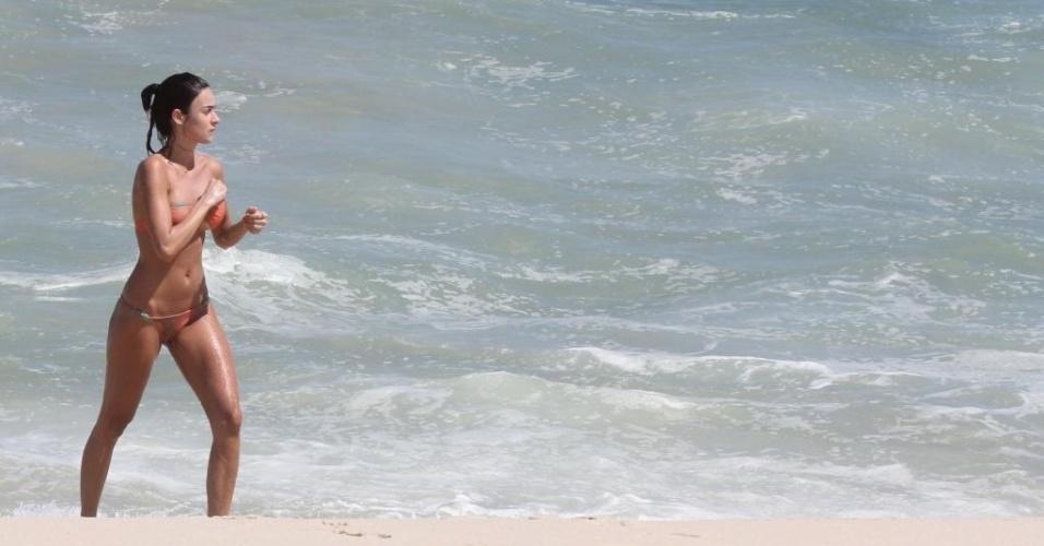 5.mar.2013 - A atria Thaila Ayala se refresca no mar da praia da Reserva, na zona oeste do Rio de Janeiro. A mulher de Paulinho Vilhena foi acompanhada da amiga e também atriz, Sophie Charlotte