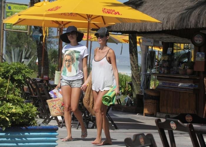 5.mar.2013 - As atrizes Sophie Charlotte (à esq.) e Thaila Ayala curtem dia ensolarado na praia da Reserva, zona oeste do Rio de Janeiro
