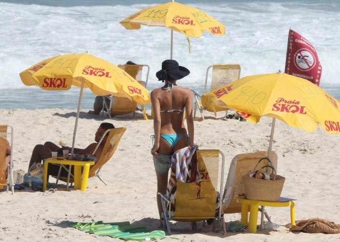 5.mar.2013 - Atriz Sophie Charlotte aproveita dia ensolarado na praia da Reserva, no Rio de Janeiro. Ela foi ao local com Thaila Ayala