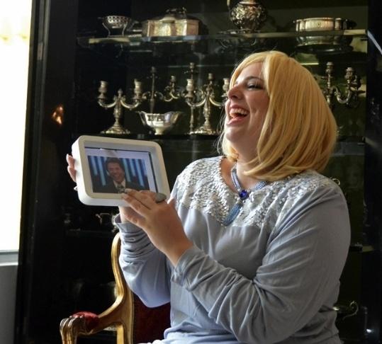 6.mar.2013 - As modelos plus size Talita Kobal e Andrea Boschim, que estão entre as mais famosas do mercado brasileiro de moda GG, posaram para um editorial de moda em tributo a Hebe Camargo, que morreu em setembro de 2012 e faria 84 anos no dia 8 de março, data em que se comemora o Dia Internacional da Mulher. Na imagem, Talita Kobal aparece em foto divulgada do ensaio