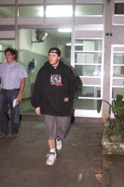 7.mar.2005 - Um acidente de carro envolvendo o músico Chorão, vocalista da banda Charlie Brown Jr., deixou cinco pessoas feridas, em Santos, no litoral de São Paulo em novembro de 2005