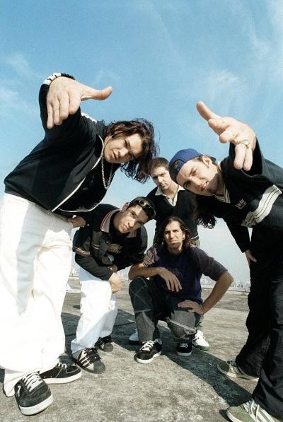 8.jul.1997 - Chorão (à esq.), Champignon, Marcão, Renato Pelado e Thiago, integrantes da banda Charlie Brown Junior
