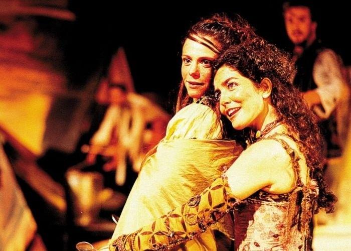 """29.jan.2003 - O teatro também é um dos destaques da carreira de Letícia Sabatella. Na foto, ela atua com a atriz Malu Galli em cena da peça """"Memorial do Convento"""", baseada na obra homônima do escritor português José Saramago"""