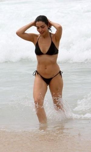 30.out.2011 - A atriz Letícia Sabatella aproveita um domingo ensolarado para ir à praia do Leblon, no Rio