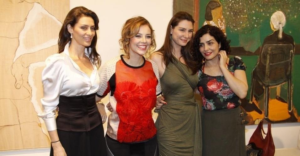 """31.nov.2010 - Maria Fernanda Cândido, Paola Oliveira, Lavínia Vlasak e Letícia Sabatella participam do lançamento da minissérie """"Afinal, o Que Querem as Mulheres?"""", em uma galeria de arte do Rio"""