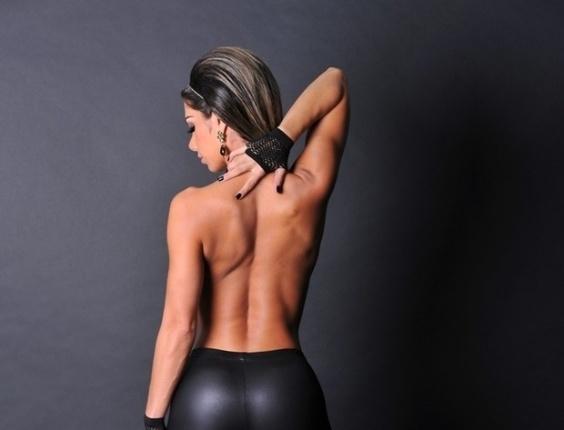 """8.mar.2013 - Graciella Carvalho, apresentadora do programa """"Malícia"""" (Mutishow), estrelou ensaio sensual pra lá de picante. A beldade posou de topless e com uma calça preta que realçou suas curvas. As fotos, segundo a modelo, foram para homenagear as mulheres"""