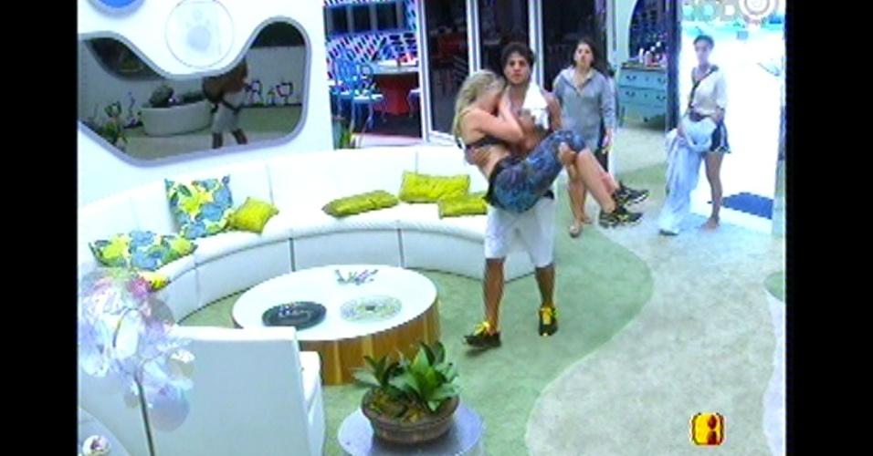André carrega Fernanda no colo após fim da prova que coroou a sister como a nova líder da semana