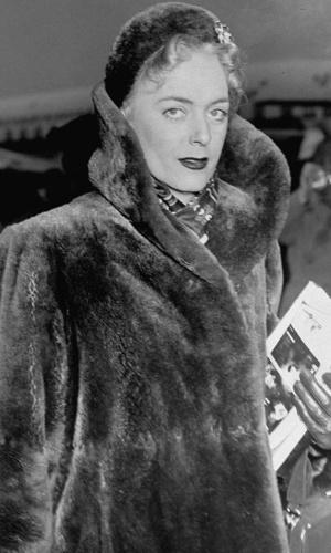 Christine Jorgensen (1926-1989) foi uma das primeiras mulheres a se submeter a uma cirurgia de redesignação sexual, no início dos anos 50. George Jorgensen, seu nome de batismo, abandonou a carreira de soldado e partiu para a Dinamarca. Na volta, causou escândalo ao se apresentar como uma loira estonteante