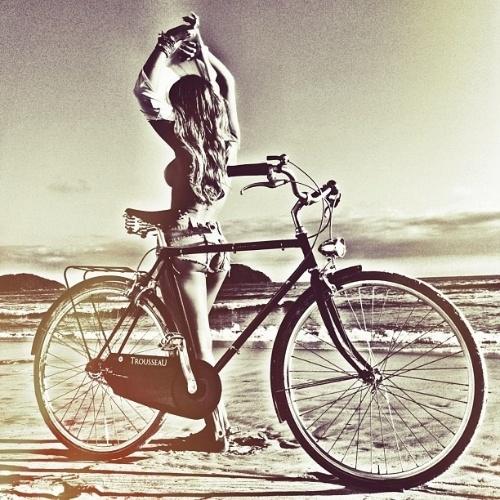 """Mar.2013 - O diretor de arte da """"Playboy"""", Alexandre Ferreira, publicou em seu Instagram algumas fotos da estrela de março da publicação: Carol Narizinho. O ensaio com a panicat foi feito em dezembro passado, na praia de Juquehy, em São Paulo"""