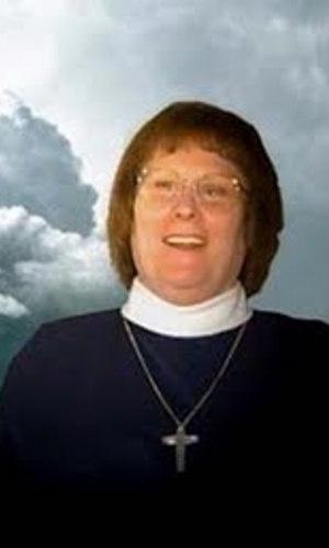 Mary Elizabeth Clark, 75, fez carreira na Marinha dos Estados Unidos, mas foi suspensa da corporação por causa de sua transexualidade. Nos anos 70, passou a militar pelos direitos dos transexuais. Converteu-se ao catolicismo nos anos 80 e se tornou freira. Clark é conhecida por trabalhos humanitários, principalmente por ajudar pessoas que sofrem com o vírus da Aids