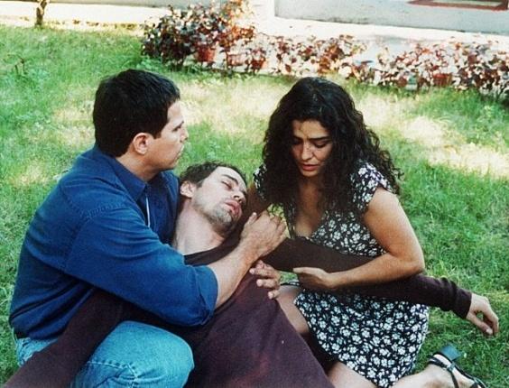 """1997 - Os atores Edson Celulari (à esq.), Marcello Antony e Letícia Sabatella em cena da novela """"Torre de Babel"""", da qual a atriz participou"""