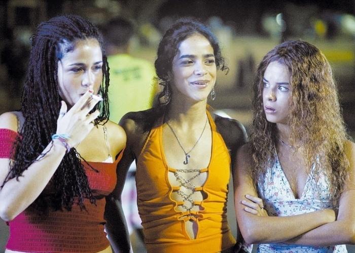 """2009 - As atrizes Nanda Costa (esq.), Kika Farias (centro) e Amanda Diniz (dir.) em cena de """"Sonhos Roubados"""", dirigido por Sandra Werneck. O filme retrata a vida nas favelas brasileira sob o ponto de vista feminino"""