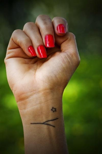 22.nov.2012 - Detalhe da tatuagem no pulso direito da atriz Nanda Costa