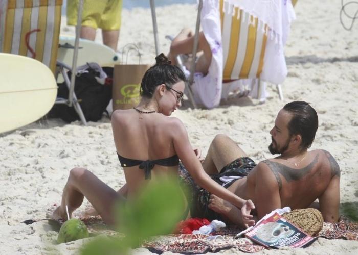 8.mar.2013 - O casal Paulinho Vilhena e Thaila Ayala aproveita dia ensolarado na Prainha, no Rio de Janeiro